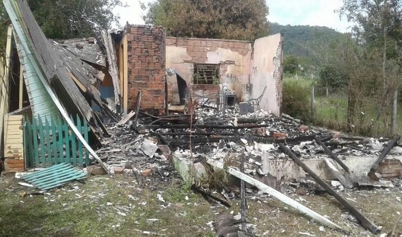 Jovens matam mãe e filhas estranguladas e depois ateiam fogo na casa