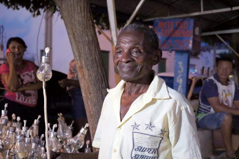 Há 27 anos, idoso fabrica lâmpadas para Procissão do Fogaréu em Oeiras