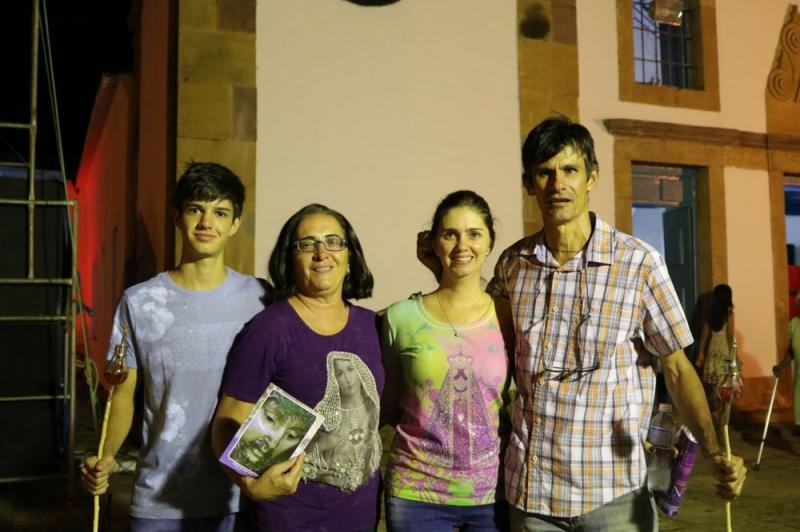 Família de mineiros participa pela primeira vez da Procissão do Fogaréu em Oeiras