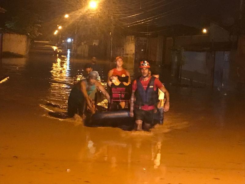 Corpo de Bombeiros faz resgate de famílias afetadas pela chuva