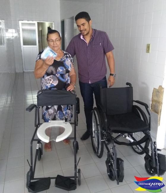 Secretaria de Saúde entrega cadeiras de rodas e de banho para pacientes