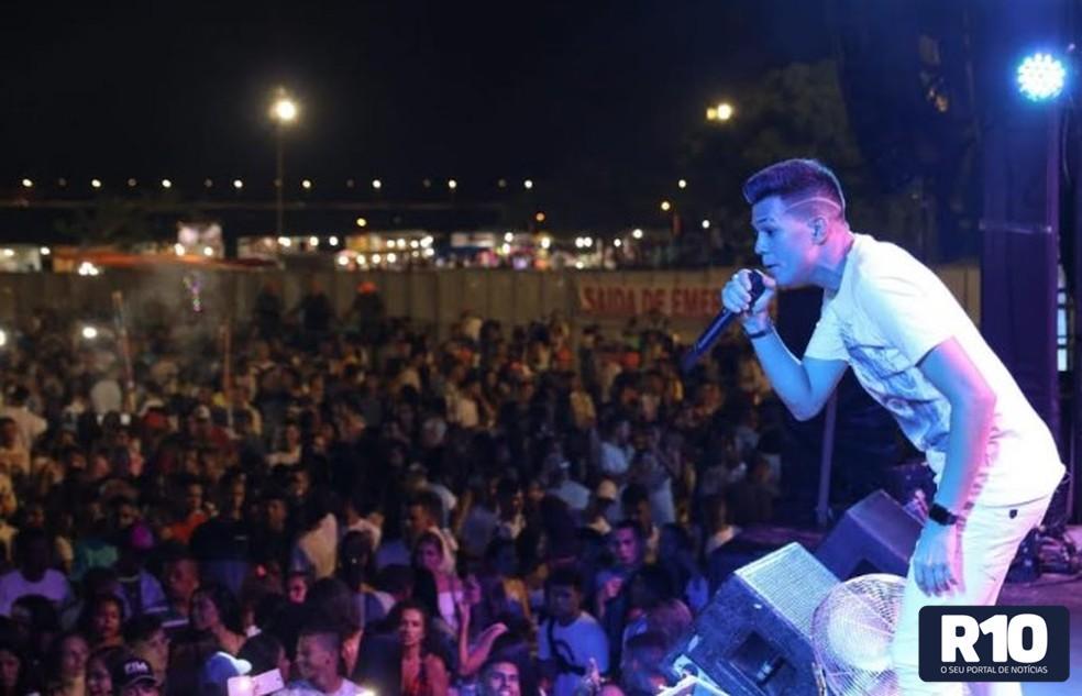Filomenenses marcam presença no show de Vitor Fernandes