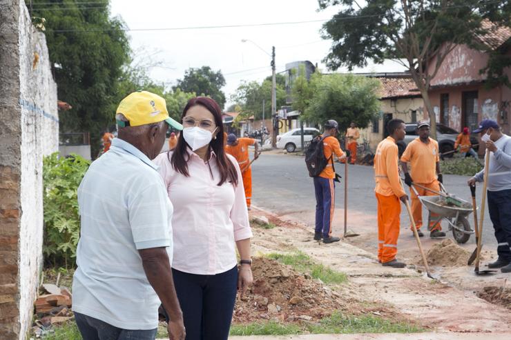 A Prefeita Dinair Veloso começou o dia acompanhanmdo o mutirão de limpez do Bairro São Benedito e conversando com a população