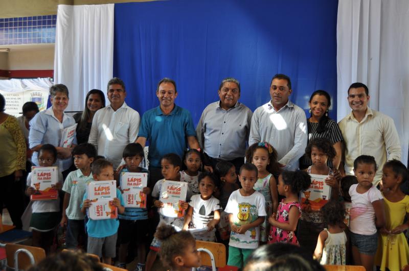 SEMEEC realiza entrega oficial dos livros de educação infantil no município