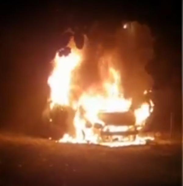 Carro fica destruído após incendiar em Teresina