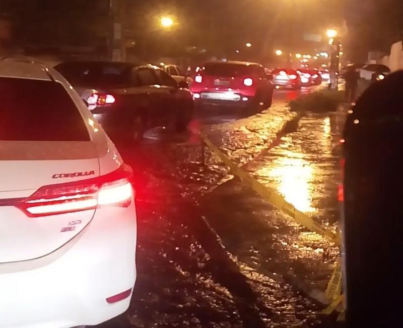Temporal deixa ruas alagadas e trânsito congestionado em Teresina