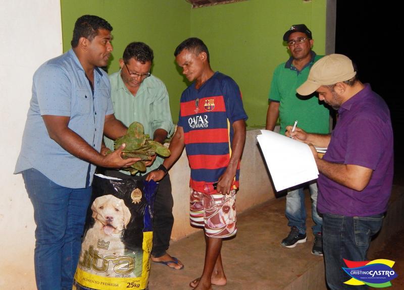 Prefeito entrega palma forrageira à produtores rurais