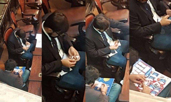 Assessores parlamentares trocam figurinhas da Copa em plenário