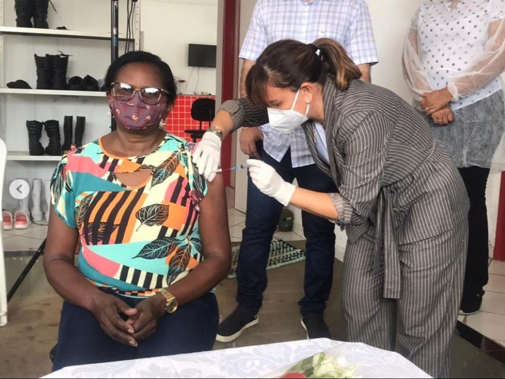 Prefeita de Esperantina vacina técnica em enfermagem contra covid