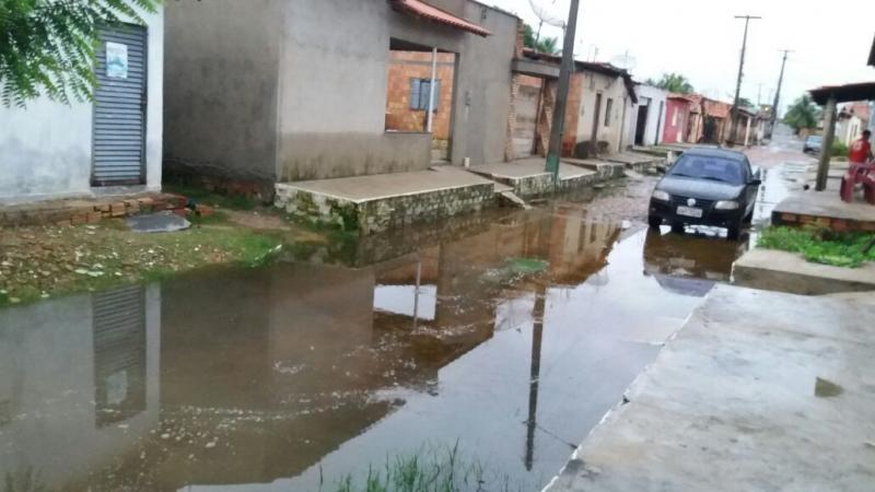 Ruas e casas amanhecem alagas em bairros de Campo Maior