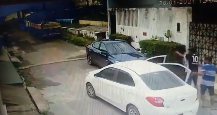 Os dois assaltantes descem de arma em punho e são surpreendidos com a reação do motorista