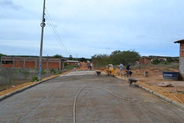Pavimentação com calçamento em Rua do Bairro Paracatuá em S. Mendes