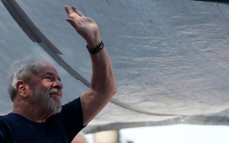 Lula diz que vai se entregar à Polícia Federal e provar sua inocência