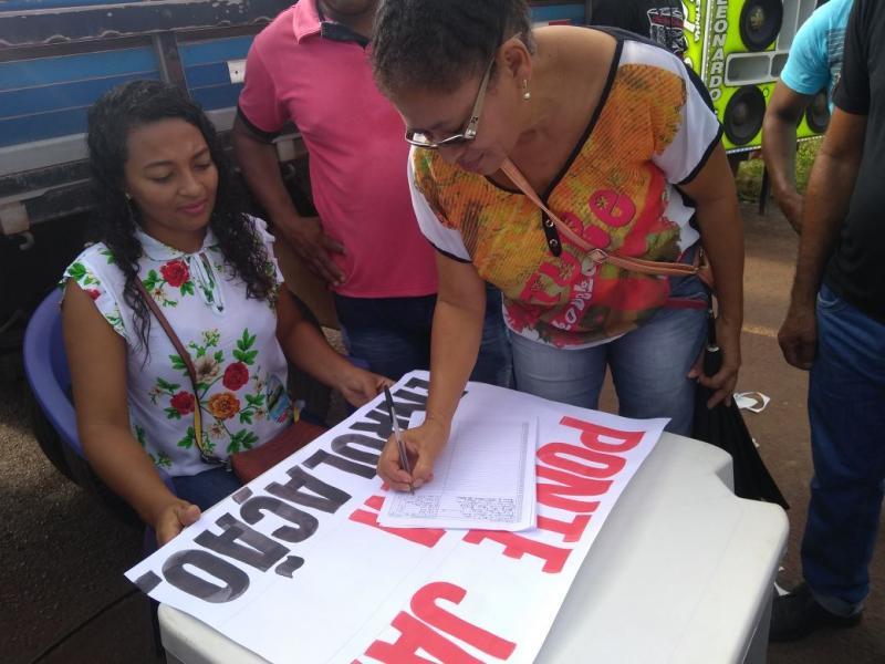 Durante interdição da BR 235 manifestantes promovem abaixo assinado no Piauí