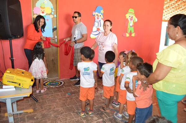 Prefeita inaugura biblioteca infantil no dia das crianças