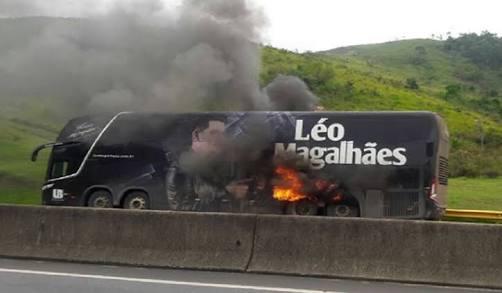 Ônibus do cantor  Léo Magalhães pega fogo em rodovia Rodovia Presidente Dutra Km 324