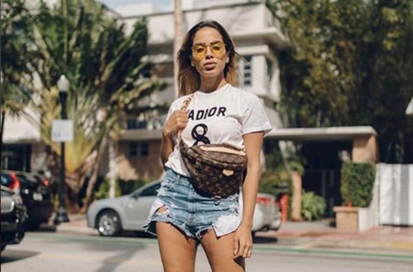 Jornalista insinua affair entre Anitta e J Balvin e funkeira dá resposta ácida