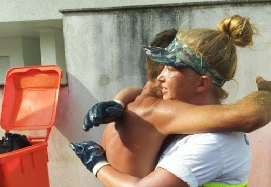 Homem abraça gari em agradecimento - Foto: Comcap / Divulgação