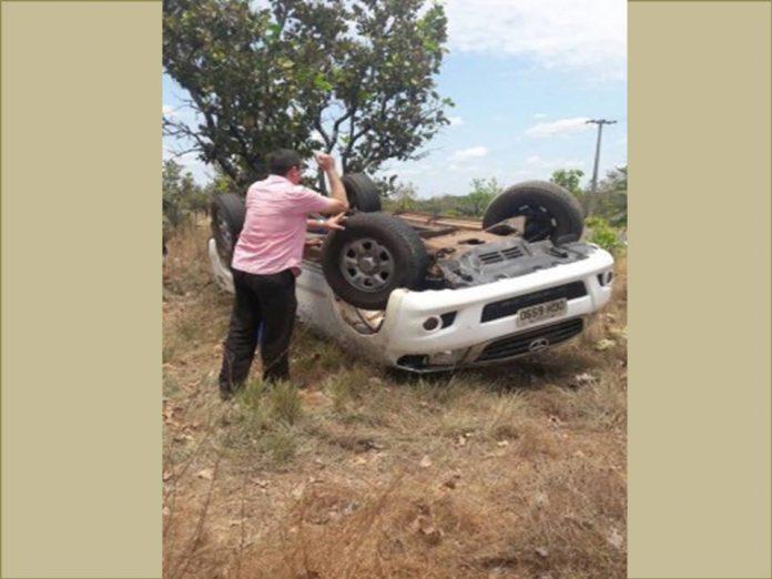 Carro capota e deixa três pessoas feridas na PI-110
