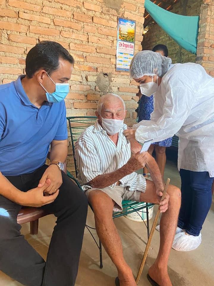 Prefeito Ricardo Moura acompanhando vacina de idoso. / Imagem: Reprodução/PMDL