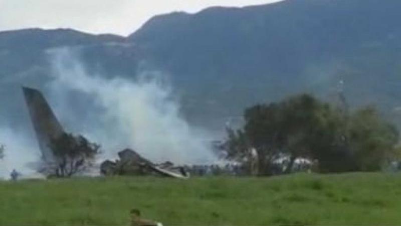 Avião militar cai e deixa mais de 200 mortos na Argélia