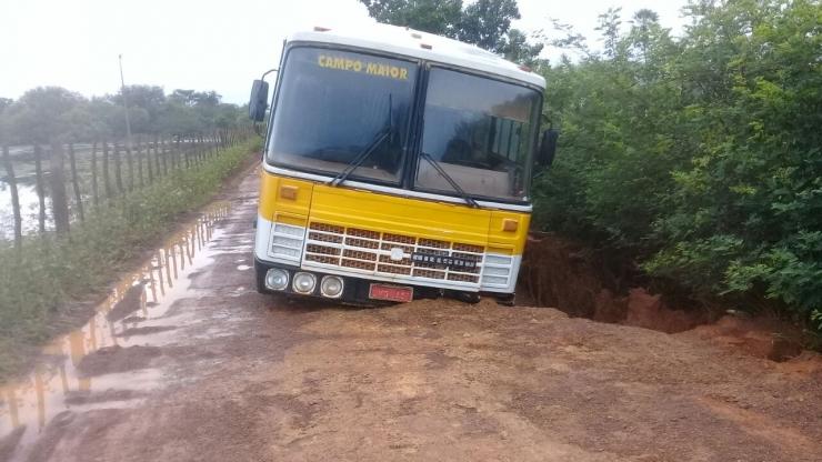 Ônibus escolar é quase 'engolido' por cratera no Piauí