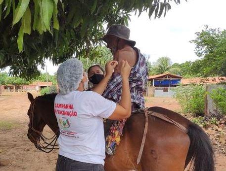 Idoso com 98 anos faz drive thru a cavalo para ser vacinado