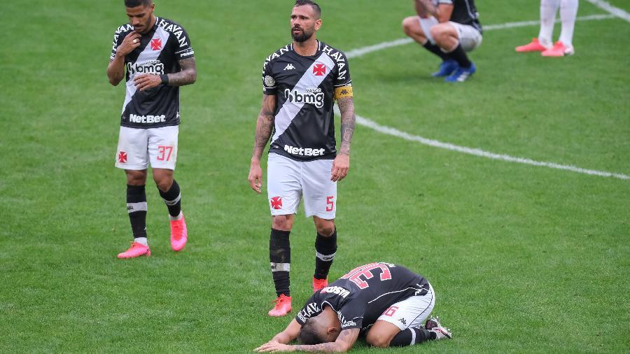 Vasco possui contratos longos no elenco, e casos de jogadores experientes que não renderam serão avaliados - Foto: Marcello Zambrana/AGIF