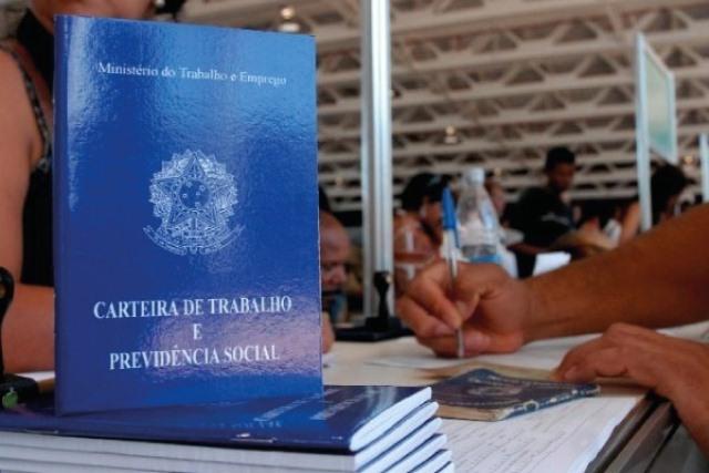 Crise e desemprego fazem renda do brasileiro cair, diz IBGE