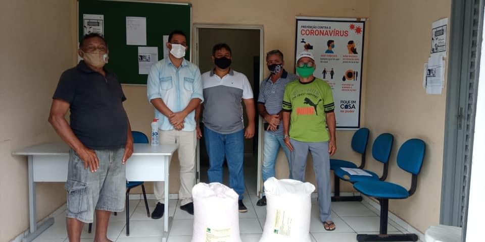 Prefeito Ricardo Moura na entrega de sementes a produtores rurais do município.