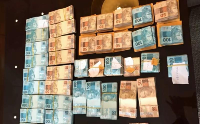 Vereador é preso com quase R$ 200 mil escondido em banheira