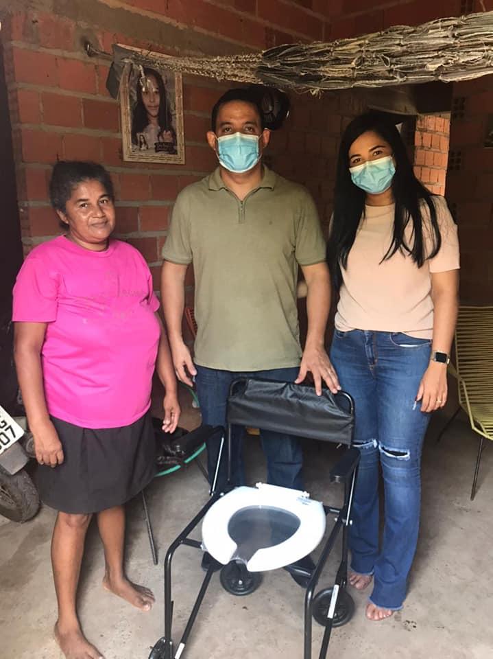 Prefeito Ricardo Moura e a primeira-dama Thalyssandra Moura fazendo entrega de cadeiras de banho a necessitados em Demerval Lobão