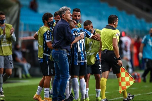 Renato cumprimenta Guilherme Azevedo em vitória do Grêmio — Foto: Lucas Uebel/Grêmio