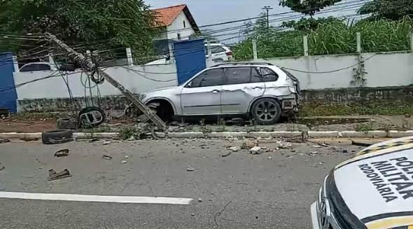 Vídeos: BMW quebra poste e derruba muro do quartel no MA