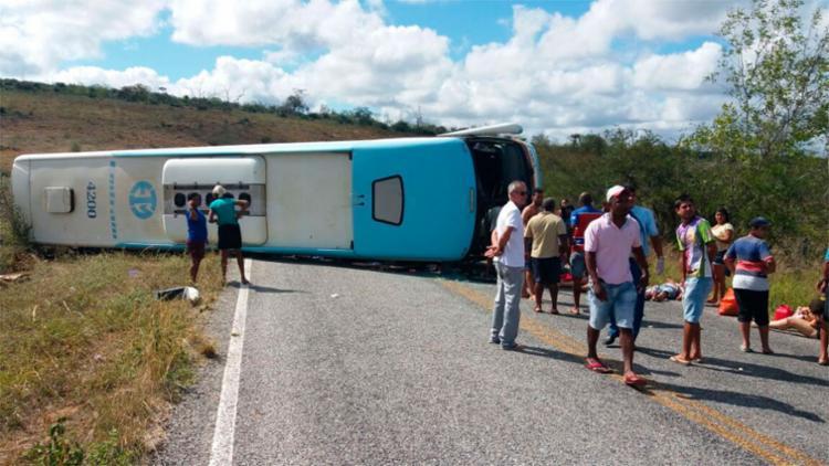 Acidente com ônibus deixa cinco mortos e 27 feridos