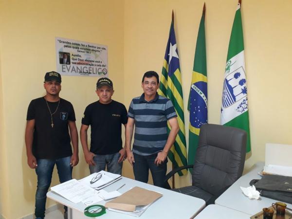 Homens realizam trabalho de vigilância comunitária em Landri Sales