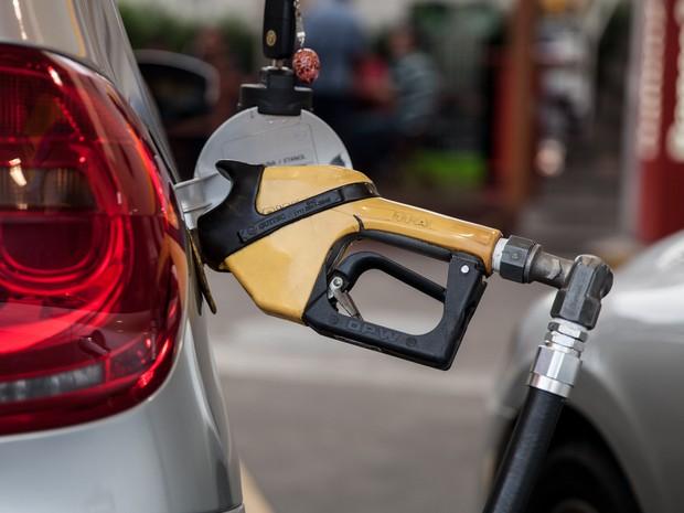 Preço médio da gasolina tem leve recuo, aponta ANP