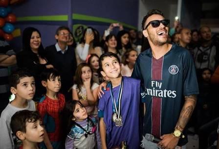 Cover de Neymar estrela comerciais e fatura alto: 'comprei um carro'