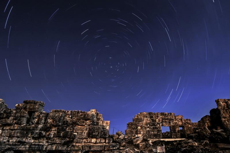 Foto mostra chuva de meteoros líridas vista na Turquia em abril de 2014 (Foto: Fatma Selma Kocabas Aydin/Anadolu Agency/AFP/Arquivo)