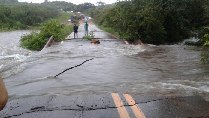 Trecho da BR-222 é cortado pela água no norte do Piauí