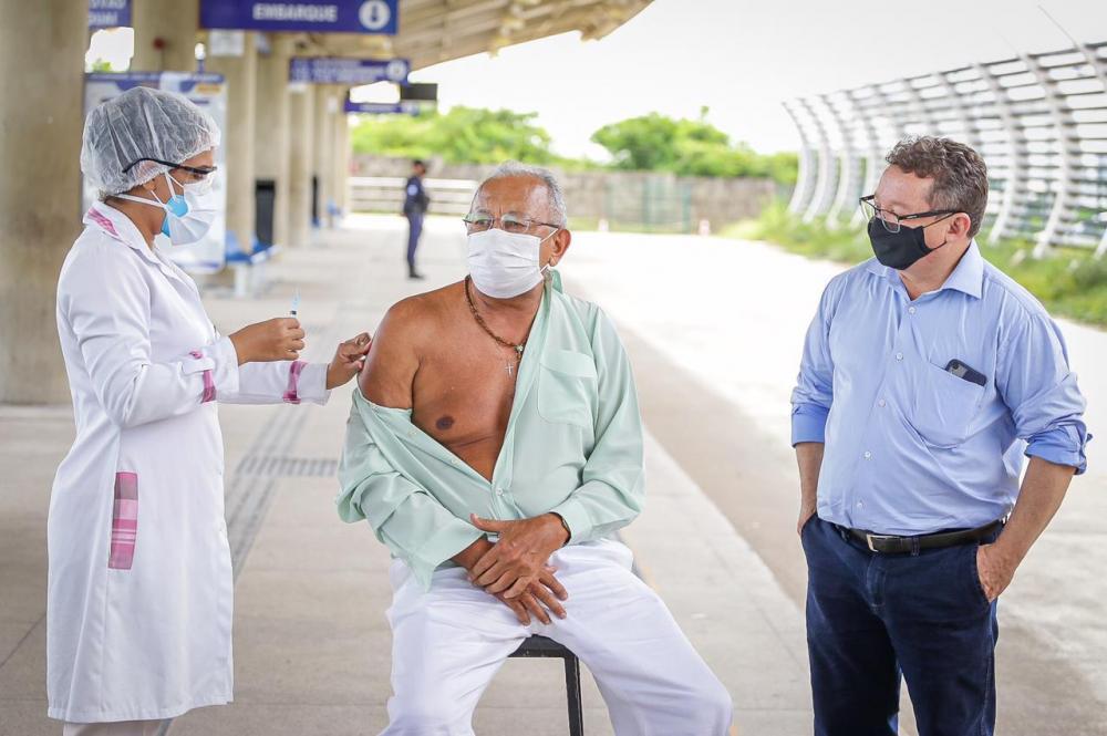 Dr. Pessoa toma vacina contra covid-19/ Ascom