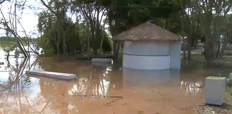 Equipes monitoram nível da água no Encontro dos Rios
