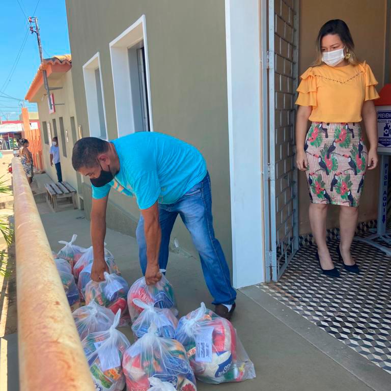 A responsável técnica, a nutricionista Renata Meneses, conferindo os kits.