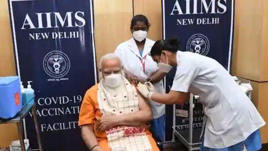 Índia: Narendra Modi toma a segunda dose de Covid-19