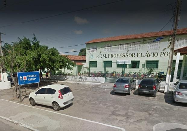 Estudantes fardados são flagrados traficando drogas na entrada de escola