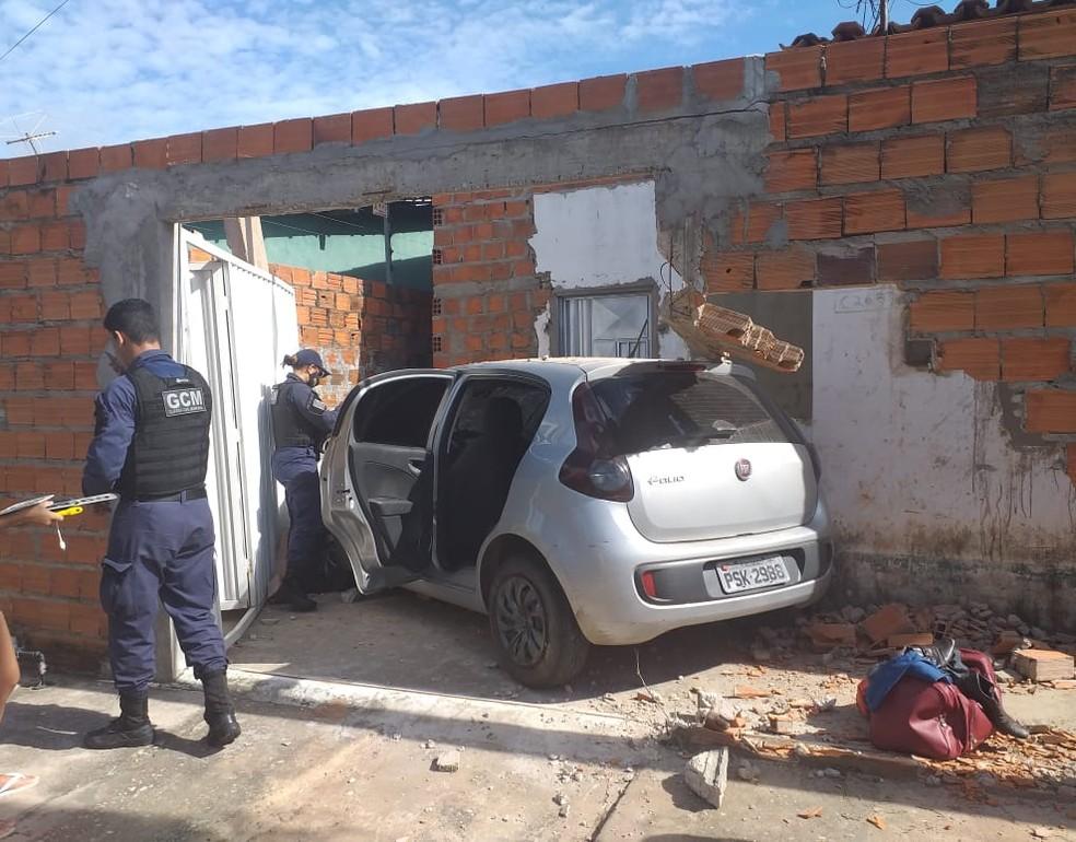 Mulher abandona carro após derrubar muro Foto: Guarda Civil Milita