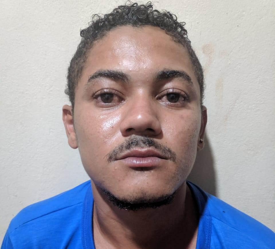 Contra M.A.N. da S. havia um Mandado de Prisão em aberto expedido pela comarca da cidade de Sorriso-MT por prática de homicídio.