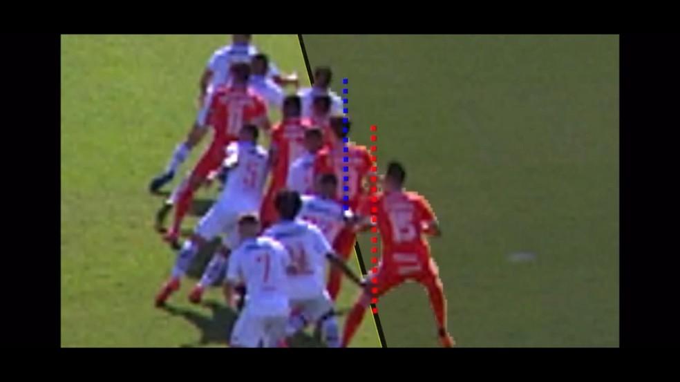 Confira momento em que Rodrigo Dourado, do Inter, tem a linha vermelha à frente em relação a Ricardo Graça, do Vasco — Foto: Reprodução