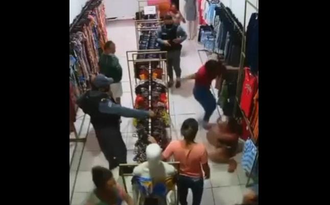 Vídeo: Dona de loja aplica uma senhora surra em ladra no MA