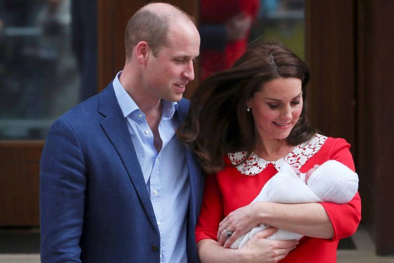 Príncipe William leva George e Charlotte para conhecer o irmão